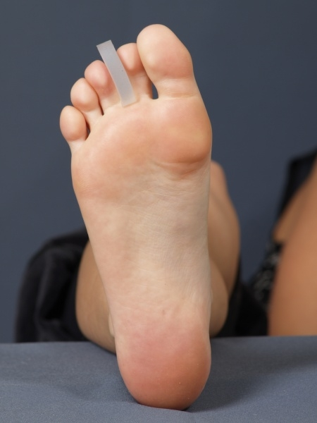Между ног рука фото